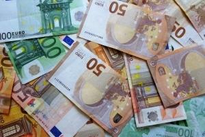 Wer die Fahrerlaubnis der Klasse DE erwerben möchte, sollte dafür üblicherweise mindestens 1.000 Euro einplanen.