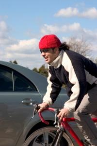 Auf dem Fahrrad ein Handy benutzen, stört die Konzentration.