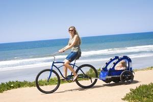 Mit dem Fahrrad ein Kind zu transportieren, funktioniert mit einem Fahrradanhänger am besten.