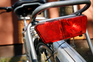 Zur Fahrradbeleuchtung zählen Schweinwerfer und Reflektoren.