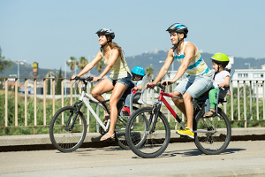 Fahrradfahren auf dem Gehweg ist Erwachsenen nicht erlaubt. Der Radweg oder die Fahrbahn ist zu benutzen.