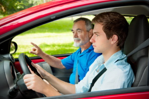 Der praktische Unterricht in der Fahrschule findet immer mit einem Fahrlehrer statt.