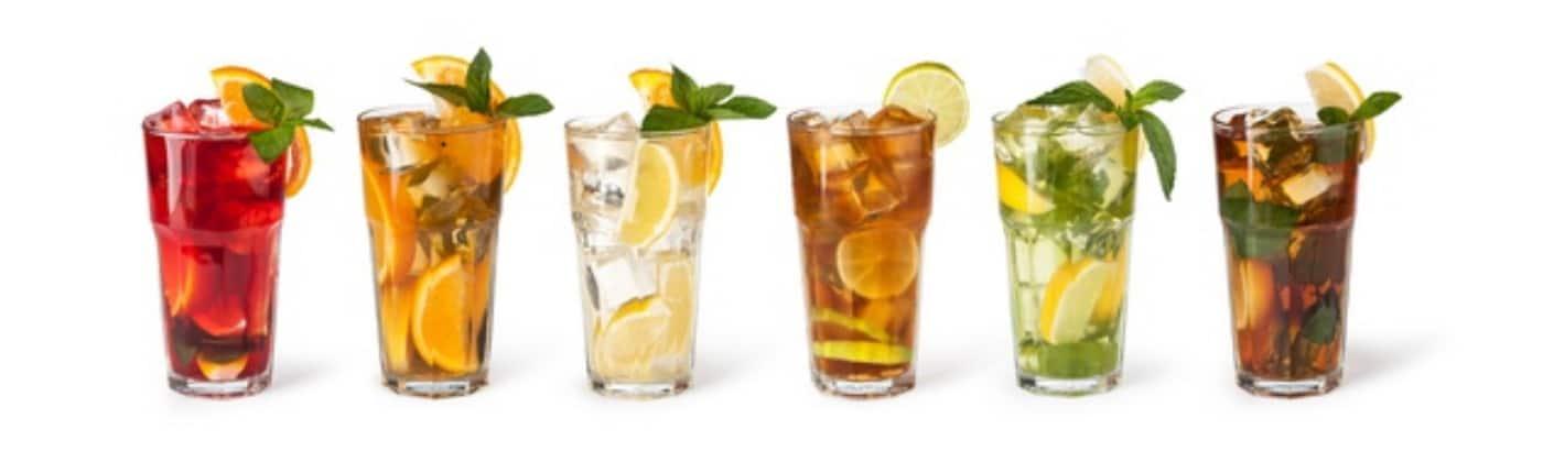 Erst Cocktails trinken, dann Fahrverbot? Alkohol kann in vielerlei Hinsicht zu unerwünschten Konsequenzen führen.