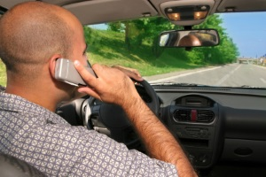 Ein Fahrverbot wegen der Handy-Nutzung am Steuer ist wahrscheinlich, wenn Sie schon einmal dahingehend aufgefallen sind.