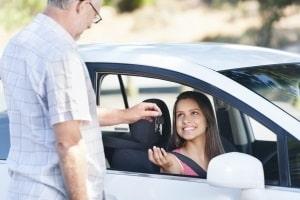 Fahranfänger haben den Führerschein auf Probe. Bei einer Fahrerflucht kann dieser schnell weg sein.