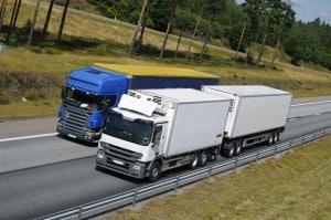 Mit der Führerscheinklasse CE können Lkw mit schweren Anhängern fahren