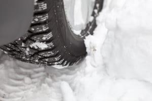 Im Tiefschnee stoßen Ganzjahresreifen oft an ihre Grenzen.
