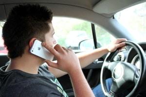 Geblitzt mit Handy in der Hand: Droht ein Fahrverbot?