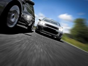 Schnell geschehen: Eine Gefährdung tritt beim Überholen auf, weil der Fahrer unvorsichtig ist.