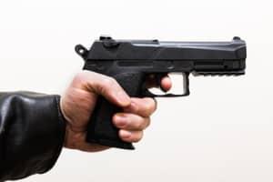 Eine gefährliche Körperverletzung kann durch eine Waffe verübt werden.