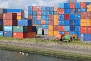 Eine Gefahrgutkennzeichnung am Container muss per Tafel oder Aufkleber erfolgen.