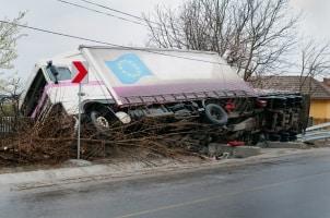 Bei einem Gefahrguttransport kann ein Unfall durch die richtigen Maßnahmen vermieden werden.