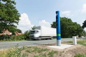 Je nach Gewicht, ist die zulässige Geschwindigkeit für Lkw auf der Landstraße auf 60 bzw. 80 km/h beschränkt.