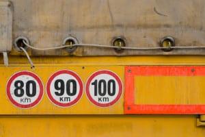Bei Lkw, Kraftomnibus und Co. sind Geschwindigkeitsbegrenzer zur Drosselung erforderlich.