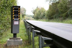 Die Geschwindigkeitsbegrenzung auf der Landstraße variiert je Kfz.