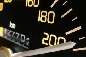 Mitunter werden Sie durch Geschwindigkeitsmesstafeln auf Ihr Tempo aufmerksam gemacht.