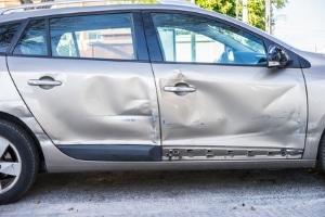 Wie teuer die Reparatur des Unfallwagens wird, erfahren Sie vom Gutachter beim TÜV.