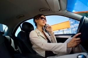 Das Handy am Steuer kann ein Fahrverbot bedingen – aber nicht in jedem Fall.