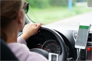 Freisprechanlage statt Handy: Die rote Ampel muss nicht länger abgewartet werden, um das Smartphone zu bedienen.