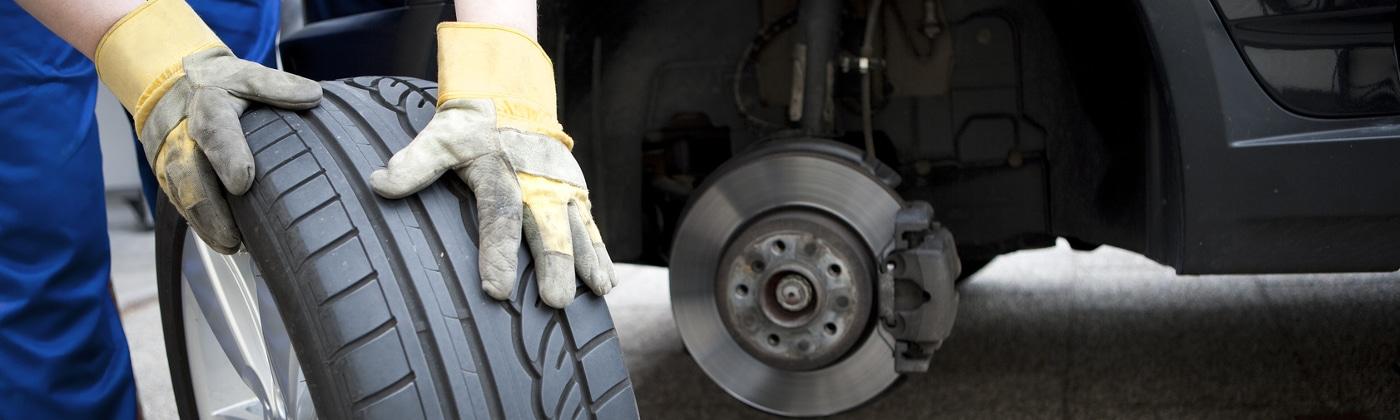 Ein DEKRA-Sachverständiger kann nach einem Unfall für die Einschätzung des Schadens am Fahrzeug beauftragt werden.