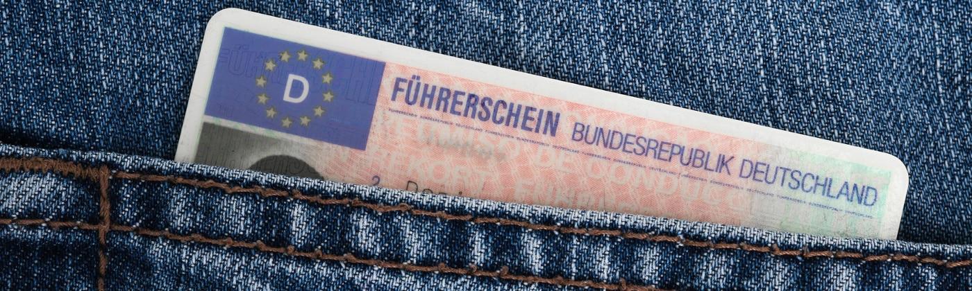 Den Führerschein kann man bei der Führerscheinstelle beantragen.