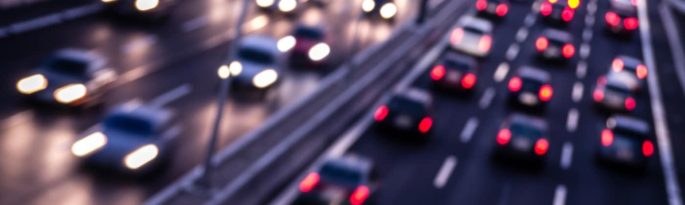Je nach Fahrzeugtyp variiert sich die vorgeschriebene Höchstgeschwindigkeit außerorts.