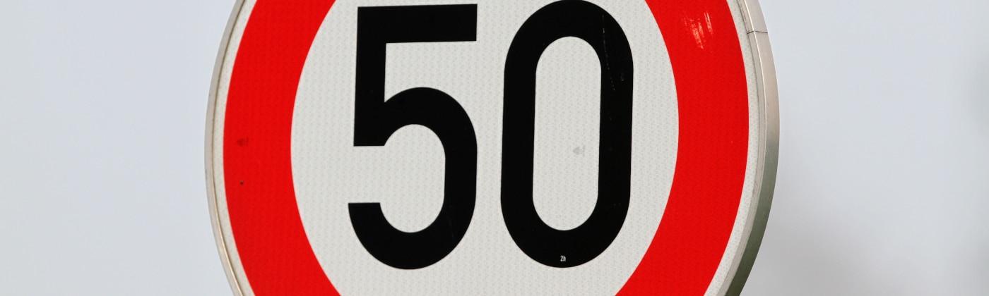 Die Höchstgeschwindigkeit kann per Schild angezeigt werden.