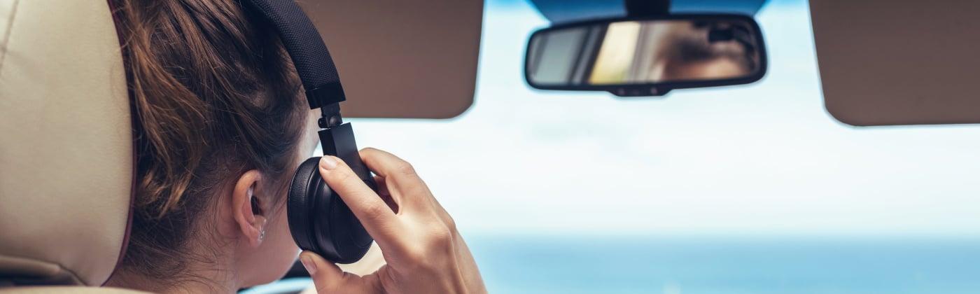 Header Kopfhörer beim Autofahren