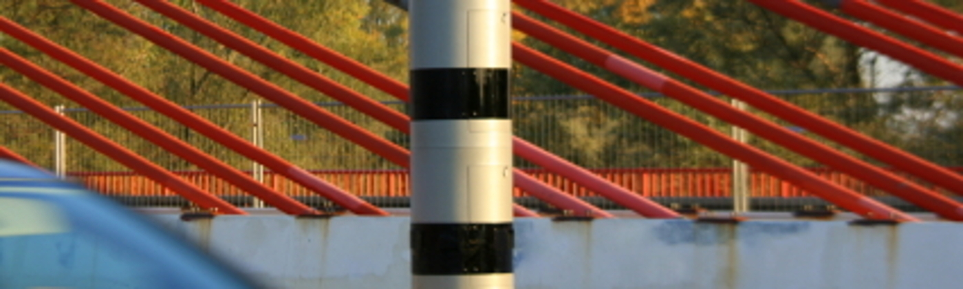Das PoliScan Speed kann als Tower auftreten. Dieses säulenartige, stationäre Messgerät ist oft an einen Blitzer gekoppelt.