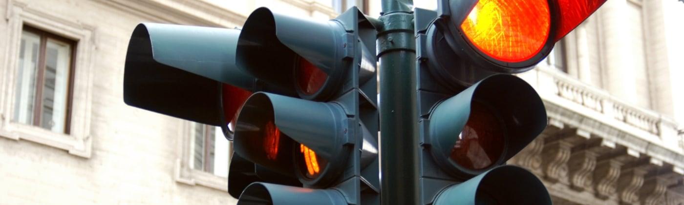 Wie wird ein qualifizierter Rotlichtverstoß laut Bußgeldkatalog sanktioniert?