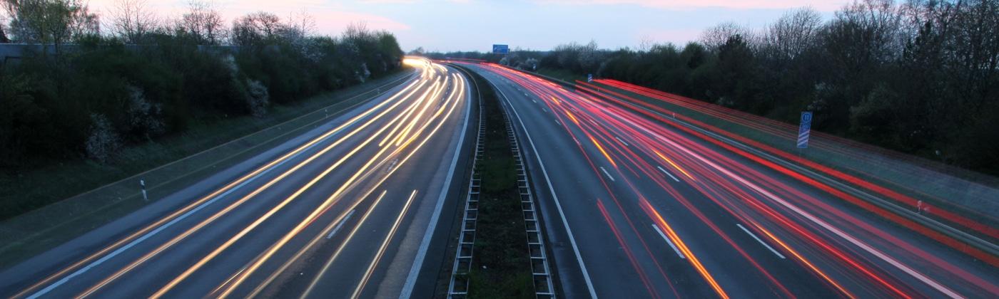 Ein ausreichender Sicherheitsabstand außerorts kann im Ernstfall eine rechtzeitige Bremsung ermöglichen.