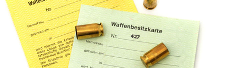 Die Waffenbesitzkarte wird auch WBK oder Waffenbesitzschein genannt.