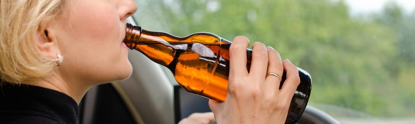 Fahrer trinkt Alkohol am Steuer