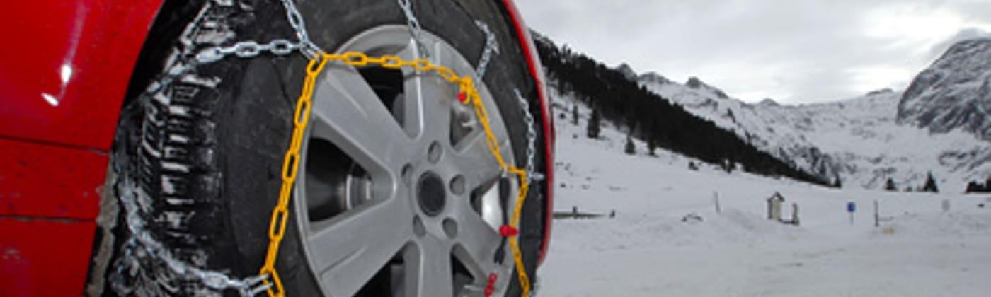 Winterliche Straßenverhältnisse: Schneeketten müssen in einigen Gebieten zusätzlich angebracht werden.