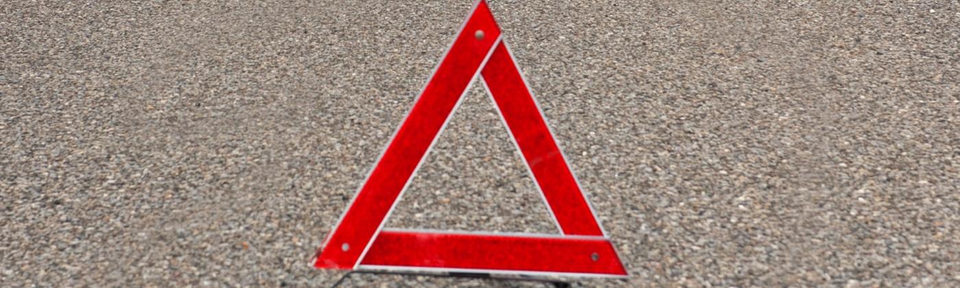 In § 53a StVZO finden sich Vorschriften zu den Warneinrichtungen an Fahrzeugen. Hierzu zählen Warndreieck, Warnblinkanlage, Warnweste und Warnleuchte.