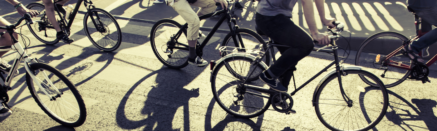 Die Fahrradklingel an Rädern muss helltönend sein, um die Aufmerksamkeit schnell auf das herannahende Rad zu lenken.
