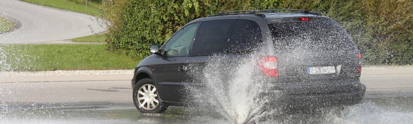 Ein Fahrtraining mit dem Auto kann den Blick für Gefahren schulen.