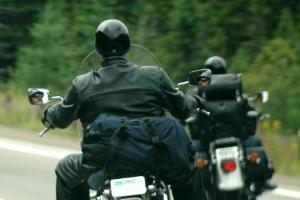 Die Helmpflicht beim Motorrad soll im Falle eines Unfalls schwere Verletzungen verhindern.
