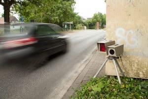 Geschwindigkeitsüberwachung: Auch die Höchstgeschwindigkeit auf Landstraßen wird durch Blitzer kontrolliert.