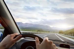 Für Pkw liegt die Höchstgeschwindigkeit auf Landstraßen bei 100 km/h.