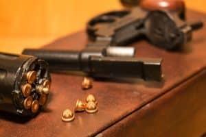 Illegaler Waffenbesitz liegt bei verbotenen Waffen oder einer nicht vorhandenen Waffenbesitzkarte vor.
