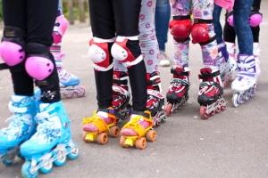 Inline-Skates im Straßenverkehr: Mit der richtigen Ausrüstung lassen sich Verletzungen vermeiden bzw. verringern.