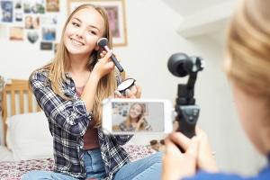 Der Jugendmedienschutz soll eine unbeeinträchtigte Persönlichkeitsentwicklung ermöglichen.