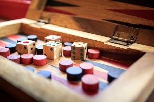 Auch im Jugendschutzgesetz zum Glücksspiel wird zwischen Kindern und Jugendlichen differenziert.