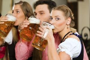 Jugendschutzgesetz: Die Kurzfassung zum Thema Alkohol besagt, dass junge Menschen unter 16 Jahren in der Regel keinen Alkohol konsumieren dürfen.