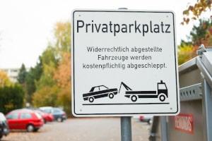Als Kennzeichnung für einen Privatparkplatz dient in aller Regel ein entsprechendes Schild.