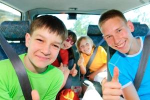 Befinden sich Kinder auf dem Beifahrersitz, haftet der Fahrer, wenn diese nicht angeschnallt sind.