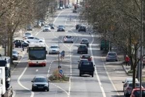 Für Kinder ist der Straßenverkehr mit vielen Gefahren verbunden.