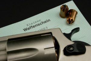 Ein kleiner Waffenschein ist in Deutschland für bestimmte Waffen vorgeschrieben.