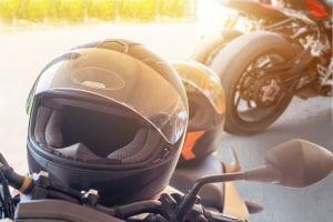 Mit Führerschein und Prüfbescheinigung: Auf dem Kleinkraftrad gilt Helmpflicht.